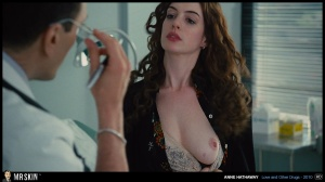 Anne Hathaway NUE dans un film